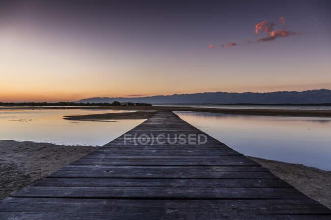 Croazia, Passerella vuota sulla spiaggia di Ninska Laguna — Foto stock