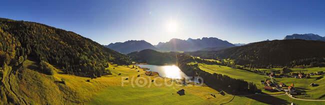 Alemanha, Baviera, Krun, Vista panorâmica do sol brilhando sobre o lago Geroldsee — Fotografia de Stock