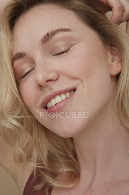 Портрет счастливой блондинки с закрытыми глазами — стоковое фото