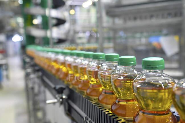 Завод з яблучного соку, пляшка, яблучний сік. — стокове фото