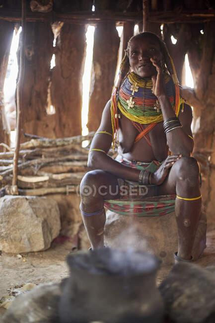 Mulher muhila em sua casa tradicional, Kehamba, Chibia, Angola — Fotografia de Stock