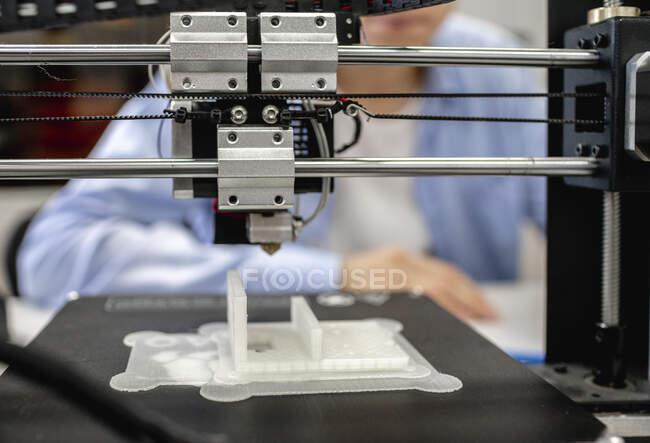 Componentes de impressão estudantil com impressora 3D, de perto — Fotografia de Stock