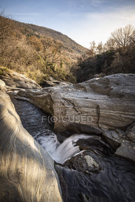 Río cerca de boulder área Varazze, Alpicella, Liguria, Italia - foto de stock