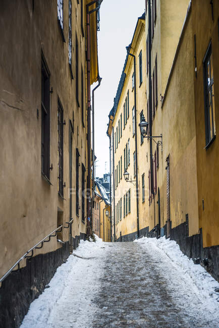 Narrow alley in winter in the old town of Stockholm, Sweden — Stock Photo
