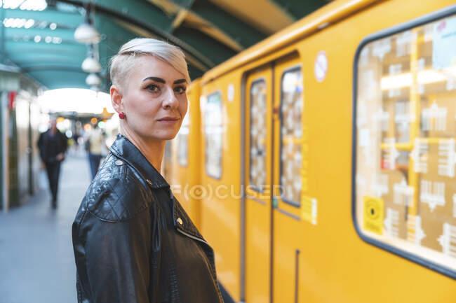 Retrato de mulher em pé na plataforma, Berlim, Alemanha — Fotografia de Stock