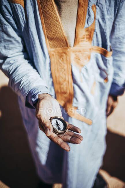 Close-up of senior man holding compass in Smara refugee camp, Tindouf, Algeria — Stock Photo