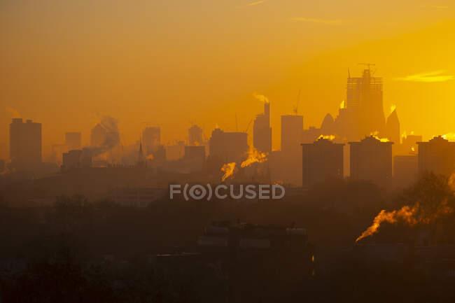 Reino Unido, Inglaterra, Londres, City skyline at moody sunrise - foto de stock