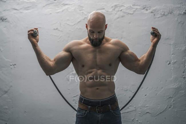 Retrato de un atleta desnudo con cuerda - foto de stock