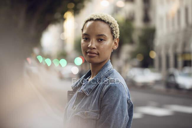 Портрет упевненої молодої жінки в місті — стокове фото