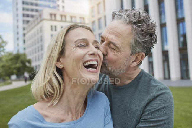 Щаслива зріла пара цілується в місті. — стокове фото