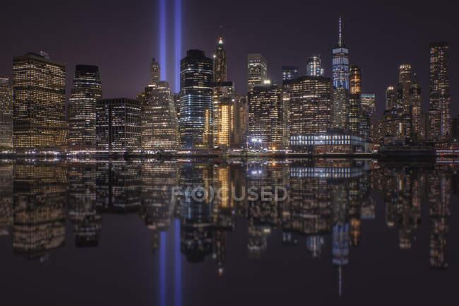 Estados Unidos, Nueva York, Nueva York, Manhattan skyline con Homenaje a la Luz por la noche - foto de stock