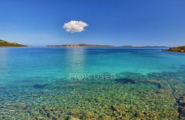Italia, Provincia di Sassari, La Maddalena, Nube singola che galleggia sulle acque costiere dello Stretto di Bonifacio — Foto stock