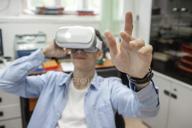 Sudent using VR goggles — Stock Photo