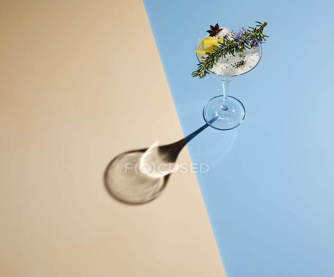 Vista de alto ângulo de martini no fundo colorido — Fotografia de Stock