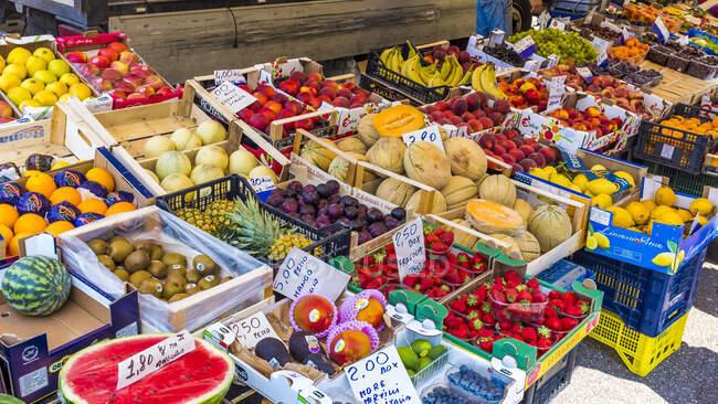 Puesto de frutas en el mercado, Sirmione, Lago de Garda, Italia - foto de stock