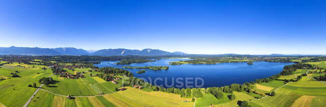 Vista panorámica de Seehausen contra el cielo azul claro Alpes bávaros en Alemania - foto de stock