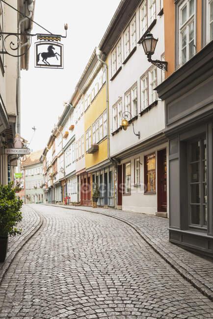 Calle empedrada en medio de edificios residenciales en Erfurt, Alemania - foto de stock
