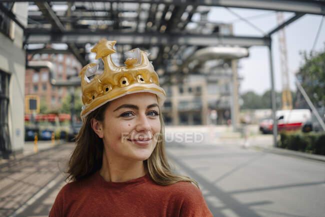 Портрет усміхненого молодого брюнетки з короною. — стокове фото