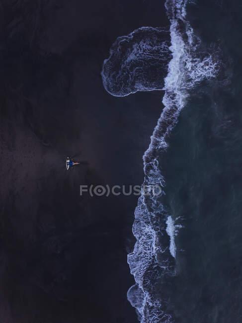Vista aérea de una joven con tabla de surf en la playa, playa de Kedungu, Bali, Indonesia - foto de stock