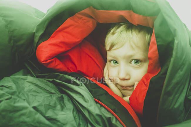 Портрет блондинки у спальному мішку. — стокове фото