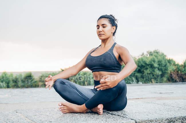 Женщина практикует йогу после дождя — стоковое фото
