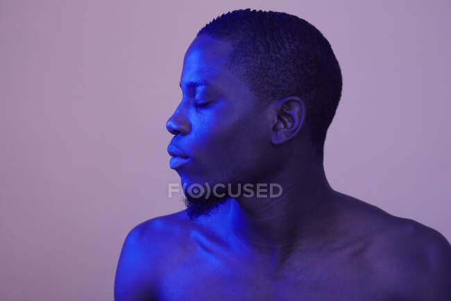 Retrato del hombre africano con los ojos cerrados - foto de stock