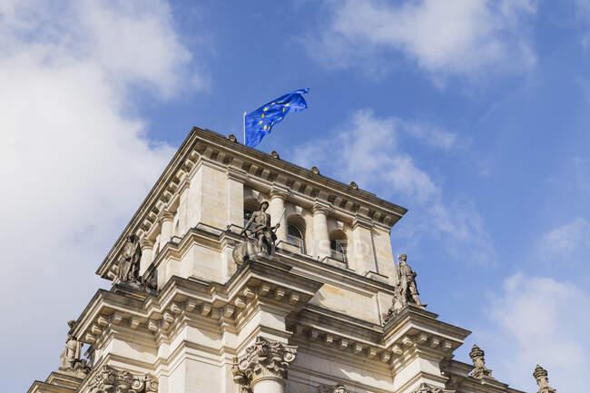 Germania, Berlino, bandiera dell'Unione europea in cima all'edificio del Reichstag — Foto stock