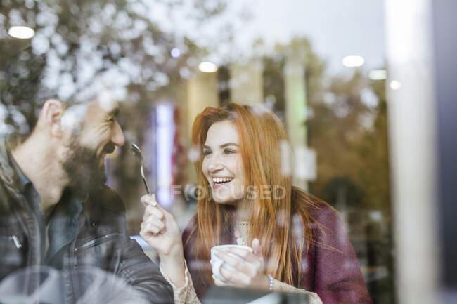 Coppia innamorata divertirsi insieme in una caffetteria — Foto stock