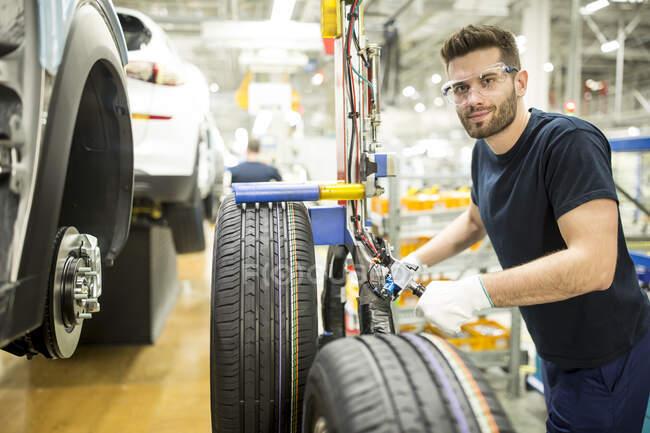 Портрет упевненого чоловіка, який працює на сучасній автомобільній фабриці. — стокове фото