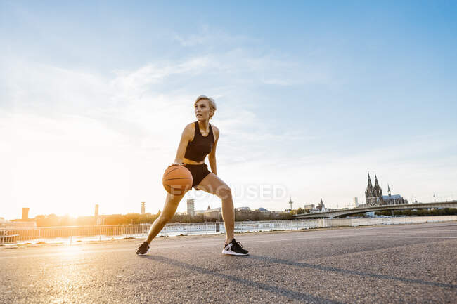 Блондинка, играющая в баскетбол в Кёльне — стоковое фото