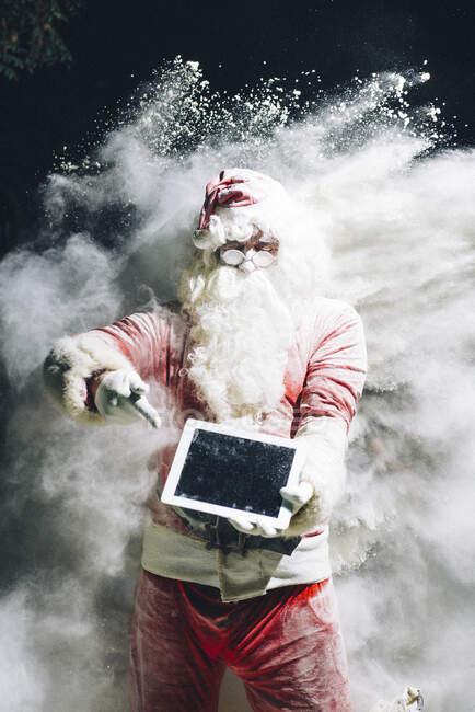 Санта Клаус показує цифрову табличку. — стокове фото
