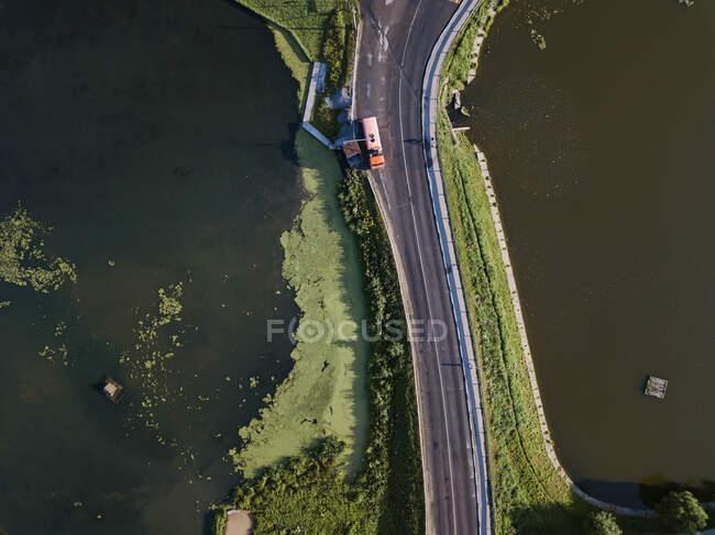 Vista aérea del camión por carretera por río en Sergiev Posad, Moscú, Rusia - foto de stock