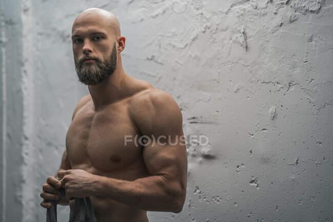 Портрет досвідченого спортсмена з мотузкою. — стокове фото