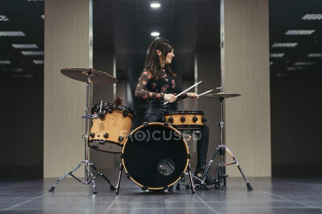 Música femenina cantando una canción en el escenario en casa - foto de stock