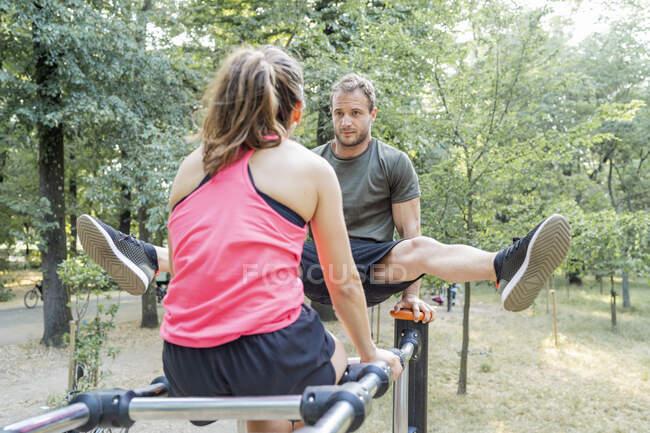 Мужчина и женщина занимаются спортом — стоковое фото