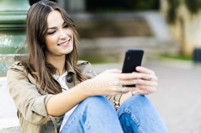 Giovane donna bruna che utilizza smartphone a Verona, Italia — Foto stock