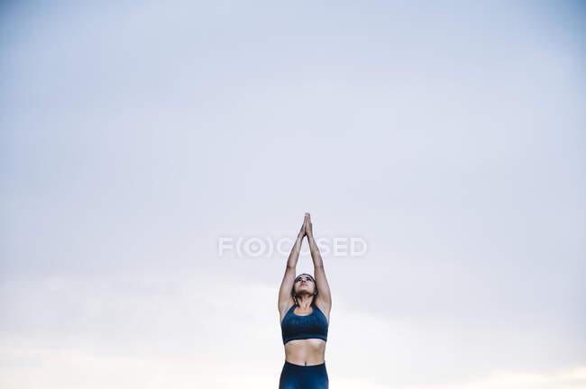 Женщина практикует йогу под дождем — стоковое фото