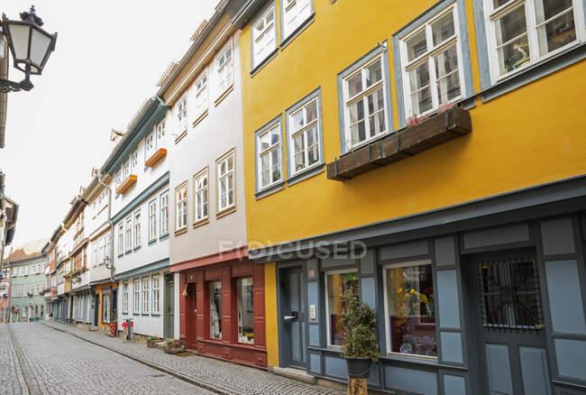 Calle empedrada por edificios residenciales en Erfurt, Alemania - foto de stock
