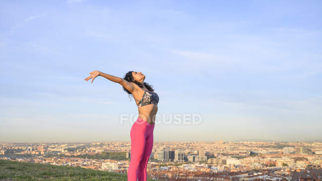 Mulher realizando exercícios hipopressivos abdominais ao ar livre — Fotografia de Stock