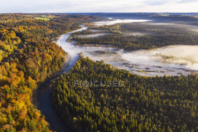 Alemanha, Baviera, Wolfratshausen, Vista aérea do nevoeiro da manhã que envolve o rio Loisach — Fotografia de Stock