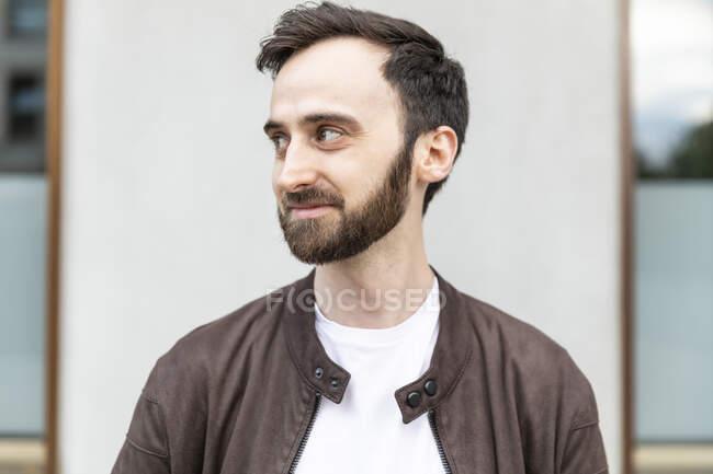 Портрет бородатого чоловіка в місті. — стокове фото