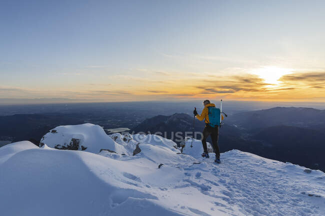 Mountaineer walking on top of a snowy mountain, Lecco, Italy — Stock Photo