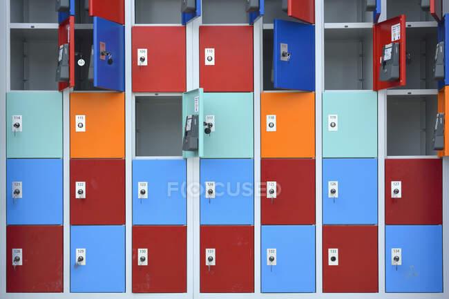 Filas de armario con puertas en diferentes colores - foto de stock