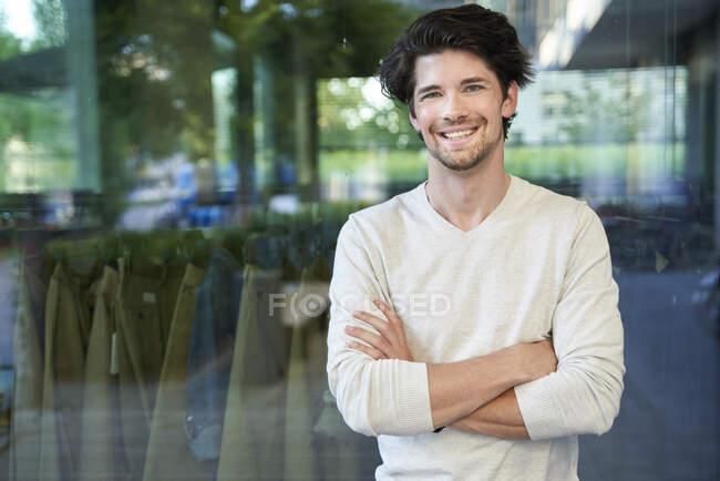 Ritratto di felice uomo d'affari informale in città — Foto stock