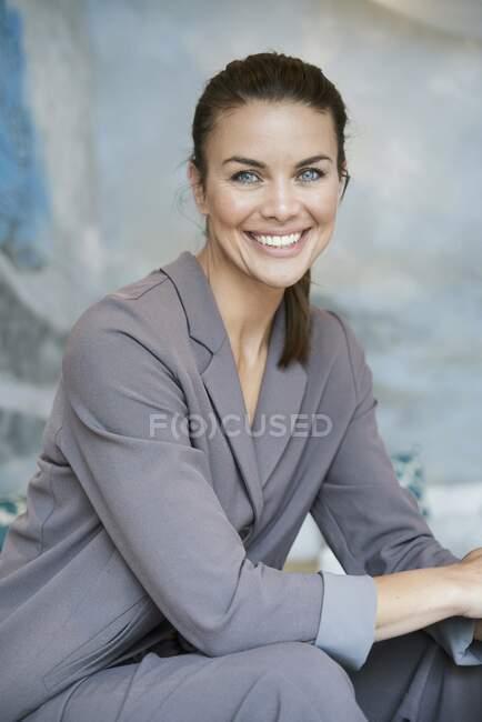 Портрет усміхненого бізнесмена з брюнеток. — стокове фото