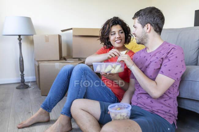 Щаслива пара переїжджає в новий дім, відпочиває і обідає. — стокове фото
