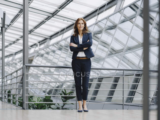 Portait of a confident businesswoman in a modern office building — Stock Photo