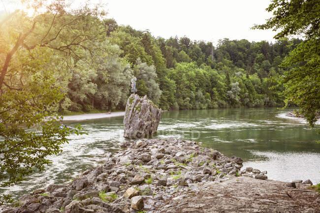 Boulder in the Isar River, Munich, Baviera, Alemania - foto de stock