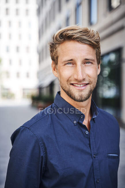Portrait of smiling young man in the city — Stock Photo