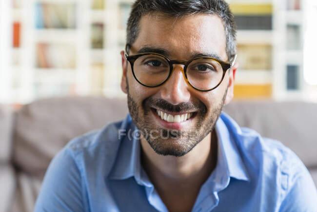 Портрет щасливого юнака в окулярах. — стокове фото